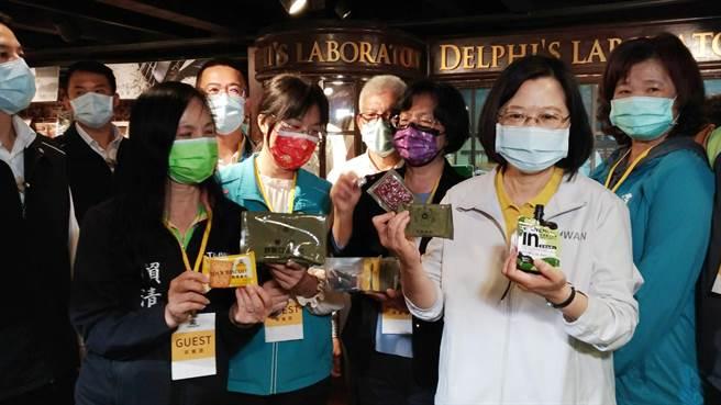 總統蔡英文參訪台灣優格餅乾學院,發現一款不對外賣的戰備口糧,燃起了好奇心,點數內容。(吳敏菁攝)