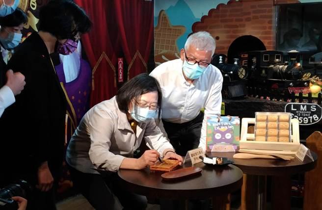 總統蔡英文在餅乾模型上簽名。(吳敏菁攝)