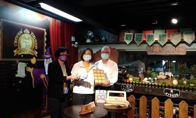 餅乾台灣優格學院特別客製印有「英」、「文」字樣和台灣圖案的餅乾,歡迎總統蔡英文。(吳敏菁攝)