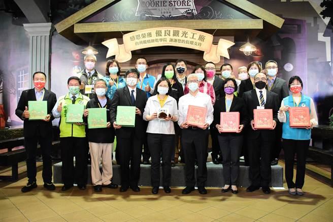 總統蔡英文參訪台灣優格餅乾學院,和地方陪同人士一起合影。(吳敏菁攝)