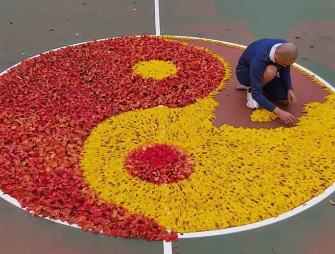一位男子為了向老婆表明愛意,5日在國立嘉義大學的籃球場上利用黃色風鈴木以及木棉,排出醒目的「太極花」。(翻攝臉書社團《嘉義綠豆大小事》)