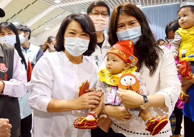 嘉义市长黄敏惠、城隍庙董事长赖永川也逐一送上小红包,为小朋友送上喜气和祝福。(吕妍庭摄)