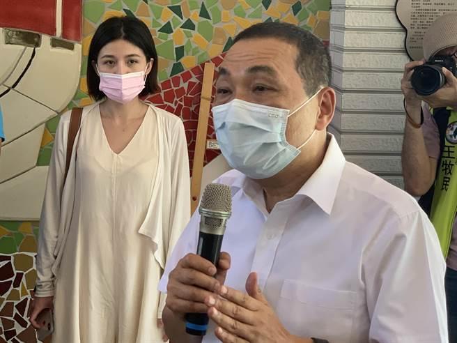 新北市府副發言人戴湘儀經常出現在侯友宜受訪鏡頭中。(王揚傑攝)