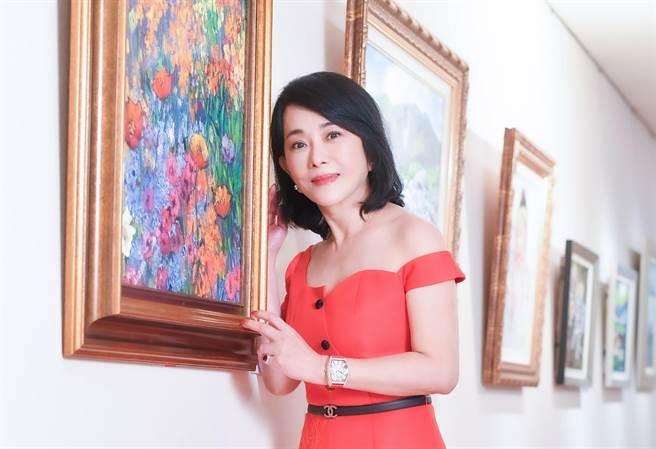 有「90年代古典美人」之称的资深艺人邱于庭,近年醉心油画创作,近期于联合展览中展出人生第一幅画作「喜悦」。(卢祎祺摄)
