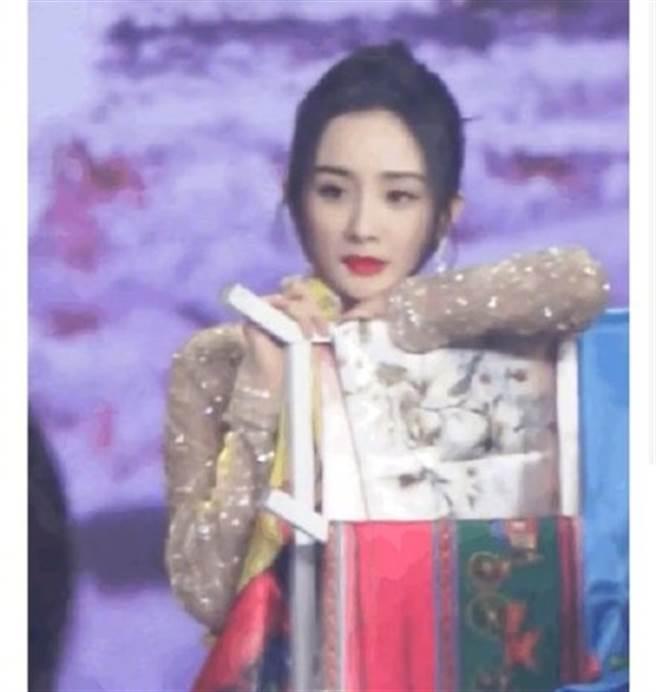 楊冪被拍到在台上看著走過去的唐嫣,眼神感傷又落寞。(取自微博)