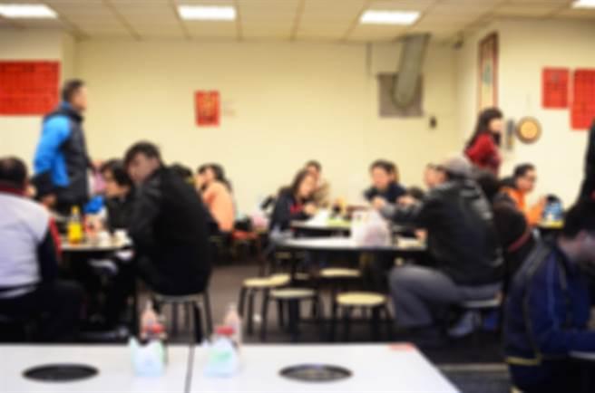 有外國人認為台灣許多美食名店的衛生環境堪憂,引發網友熱議。(示意圖/達志影像)