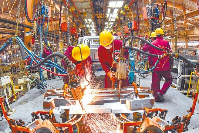 大陸《十四五規畫綱要》草案指出,要強化國家戰略科技力量。圖為山東青州市一家汽車廠進行焊接生產作業。(新華社)