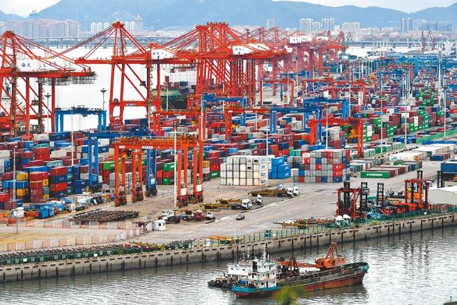 大陸國務院總理李克強5日發布2021年度的《政府工作報告》,將GDP成長率設定為6%以上。圖為廈門港海天碼頭。(中新社)