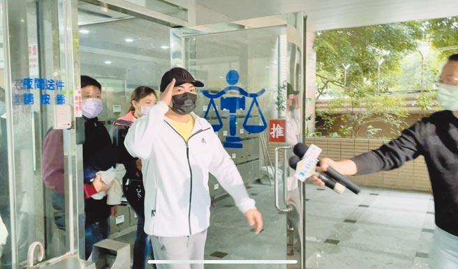 新北市議員曾煥嘉因涉嫌詐領助理費128萬多元遭起訴,他在移審庭上承認部分犯行事實,遭法官裁定300萬元交保,限制出境、出海8月。(蔡雯如攝)