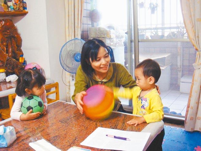 嘉義市辦理臨時托育喘息服務,由托育人員短時間照顧幼兒。(嘉義市政府提供/廖素慧嘉市傳真)