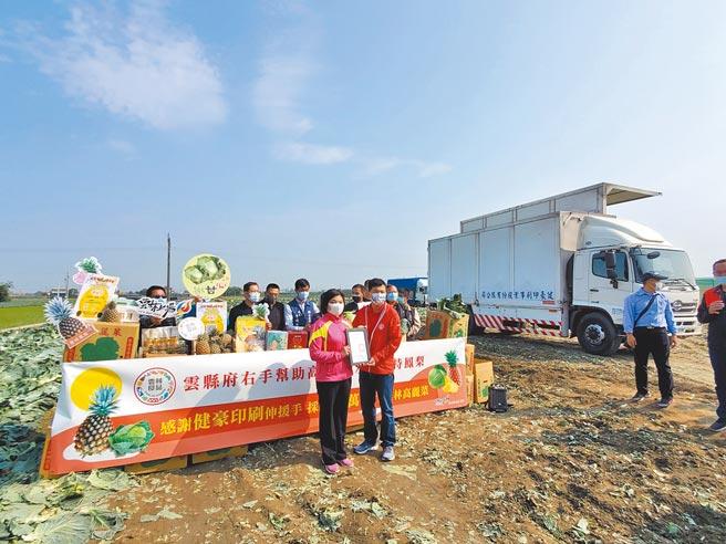 雲林縣長張麗善(左)5日到二崙鄉三和村的高麗菜園,頒贈感謝狀給健豪印刷廠經理張哲源(右)。(周麗蘭攝)