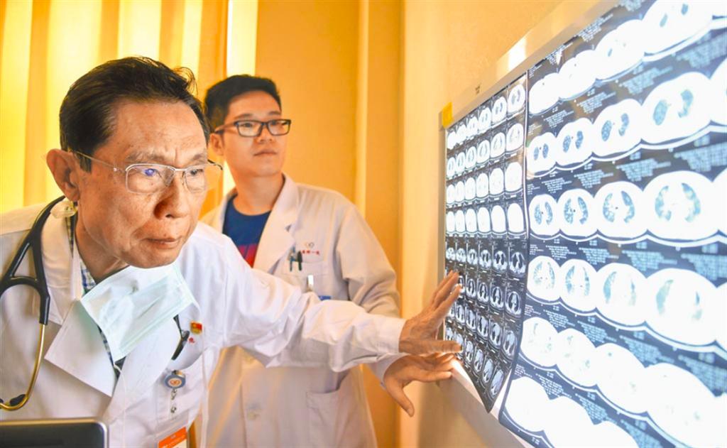 圖為鍾南山2018年在廣州醫科大學附屬第一醫院的診室內工作。(新華社)
