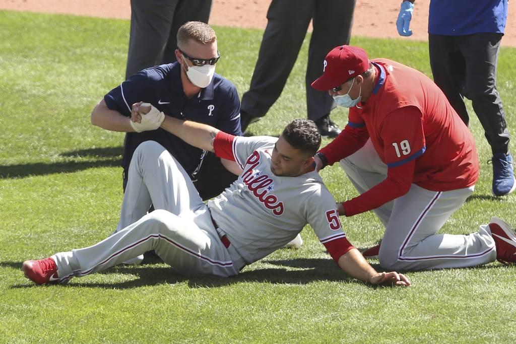 艾瓦瑞茲(前)去年曾被強襲球擊中下體受傷。(美聯社資料照)