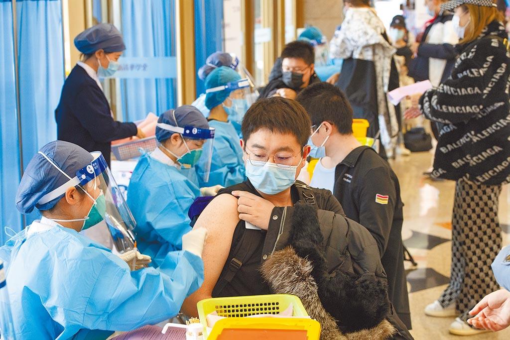中國疾病預防控制中心主任高福預估,大陸最快明年中疫苗接種率能達7至8成。圖為北京清華大學3日接種新冠疫苗。(中新社)