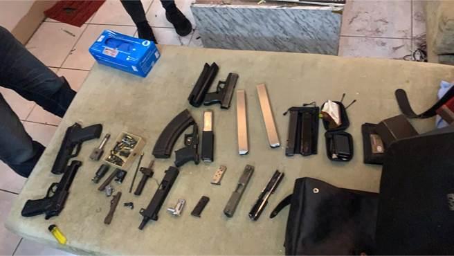 警方搜索後發現大批改到一半的槍枝,清點後查獲改造槍枝半成品3支、改造長槍半成品1支及製槍器具、安非他命毒品(翻攝照片/戴上容新北傳真)