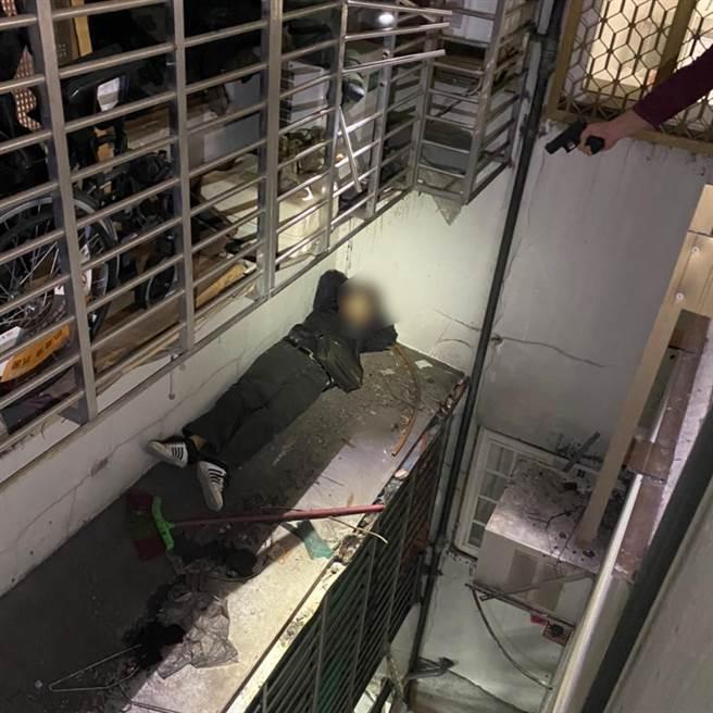 警方將逃入幼兒園的許、翁兩嫌帶回屋內清查,也在後陽台屋外遮雨棚找到卡在遮雨棚「進退兩難」的吳姓犯嫌,他被警方用槍指著,表情相當尷尬(翻攝照片/戴上容新北傳真)