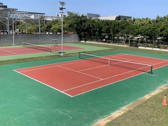 竹南運動公園10座網球場鋪面出現老舊損壞,公所獲經費執行改善工程,更新球場鋪面,提升運動安全。(竹南鎮公所提供/何冠嫻苗栗傳真)