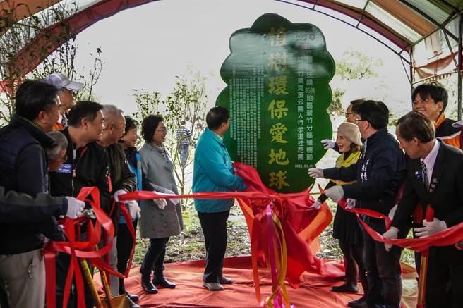 縣長楊文科(中左)為「植樹環保愛地球」紀念牌揭幕。(羅浚濱攝)