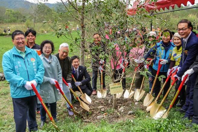 新竹科園扶輪社在竹東河濱公園舉辦植樹環保愛地球活動,由縣長楊文科(左)等人共同重植桂花樹。(羅浚濱攝)