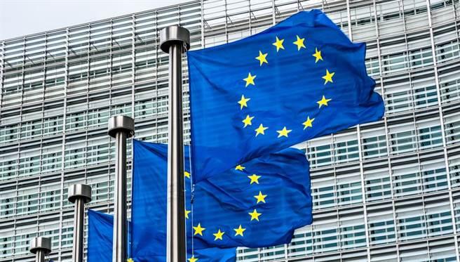 歐盟為降低半導體產業對進口的依賴與風險,計畫欲在2030年前,讓20%的先進半導體在歐洲生產,並製造出比台積電和三星5奈米的製程更快的晶片。(示意圖/Shutterstock)