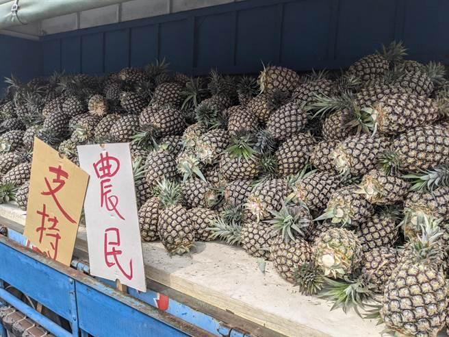 佛堂花了10萬元向屏東農民採購7000斤鳳梨,發送給弱勢民眾。(莊曜聰攝)