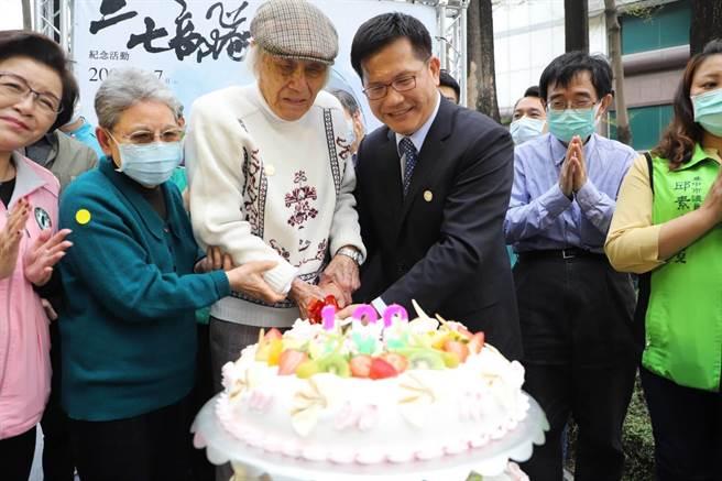 台中市新文化協會舉辦紀念「二七部隊」活動,交通部長林佳龍為當時的「部隊長」鍾逸人先生100足歲慶生。(馮惠宜攝)