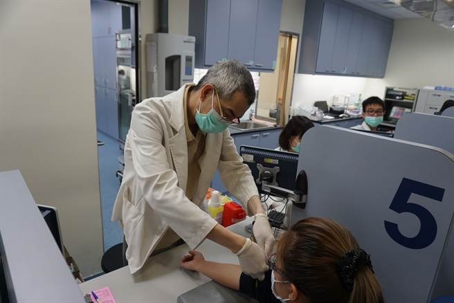 科學家迄今只知道新冠病毒感染率與基因與血型有關,但還不知道真正的因素,目前只知O型比其他血型感染率低12%、重症率低13%,而A型的重症率尤其比其他血高出很多。圖為民眾抽血化驗。(圖/王文吉攝)