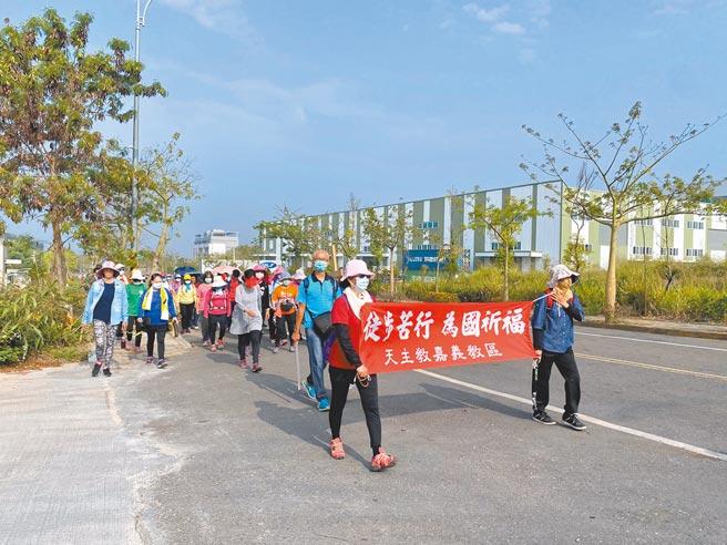 6日上午上百名天主教徒靜默祈禱,從嘉義縣大林鎮走到梅山鄉共9公里,沿路更撿垃圾淨街。(張亦惠攝)