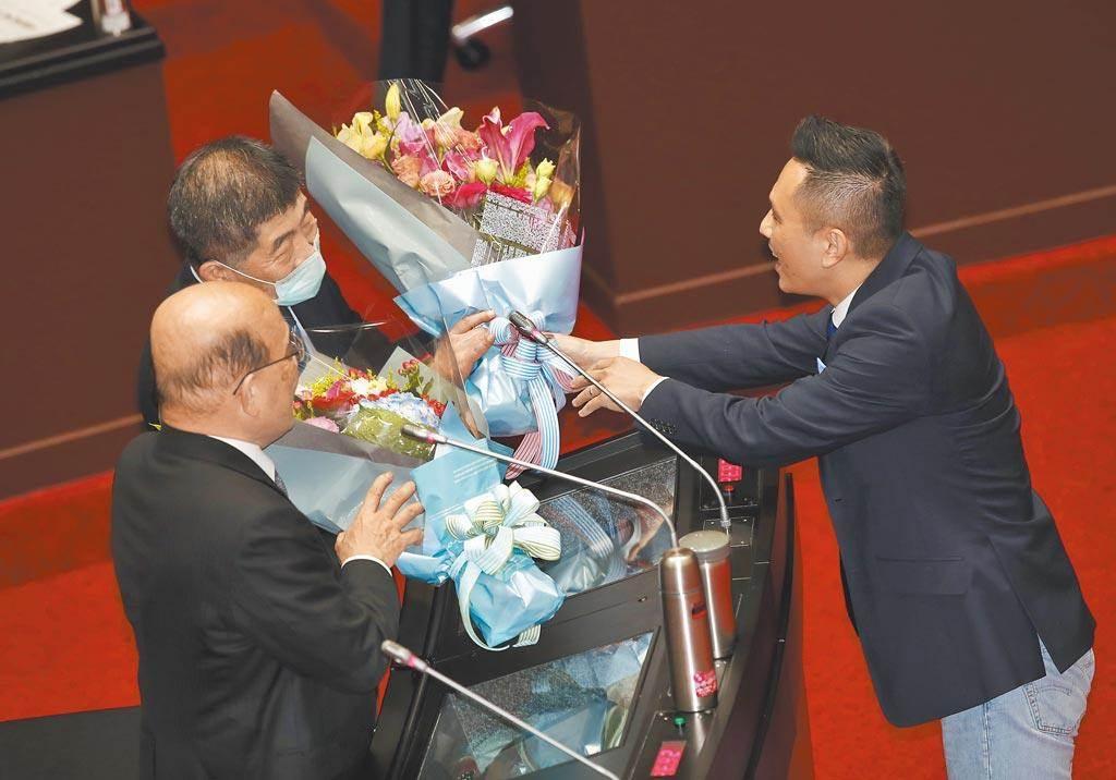 國民黨立委陳以信送花給蘇貞昌、陳時中。(本報資料照)