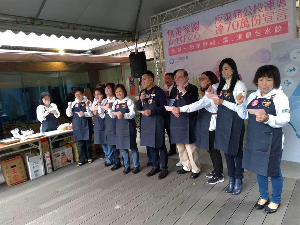 國民黨主席江啟臣、祕書長李乾龍與女立委、黨務主管一起食安元年宣誓。(黃福其攝)