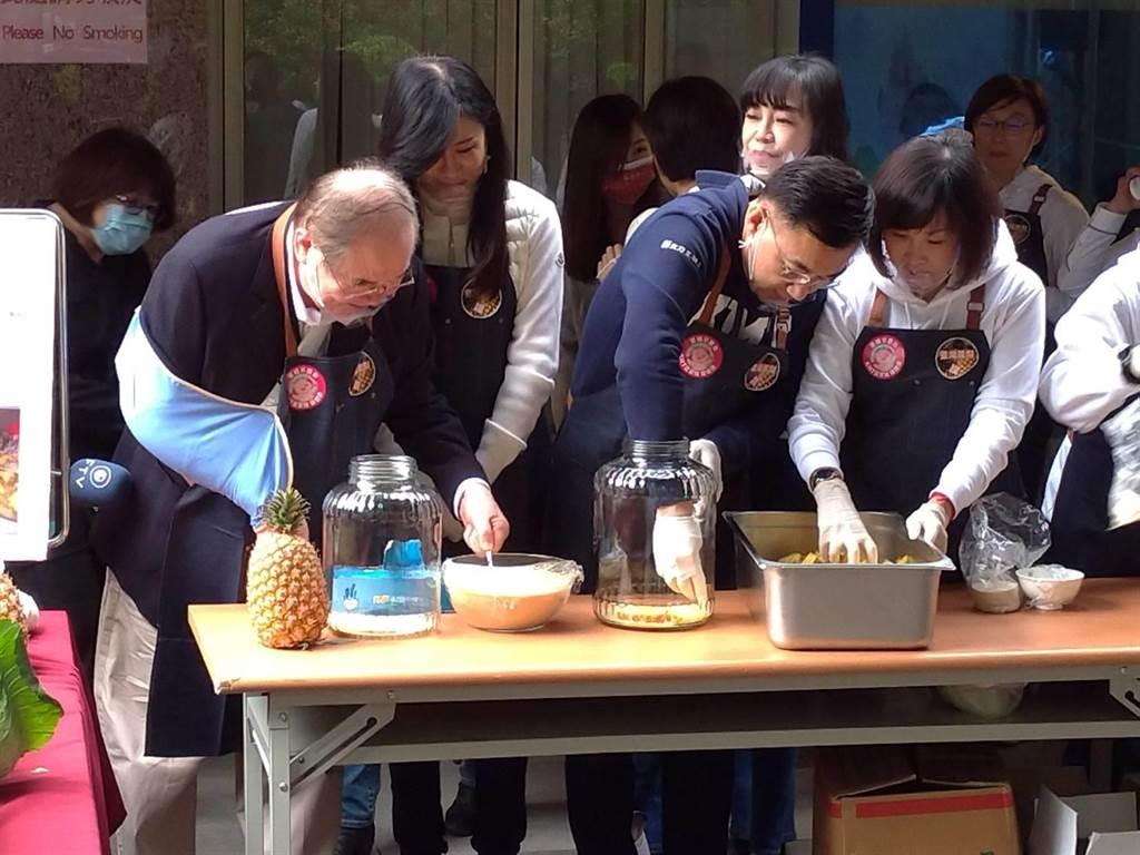 國民黨主席江啟臣、祕書長李乾龍製作鳳梨酵素。(黃福其攝)