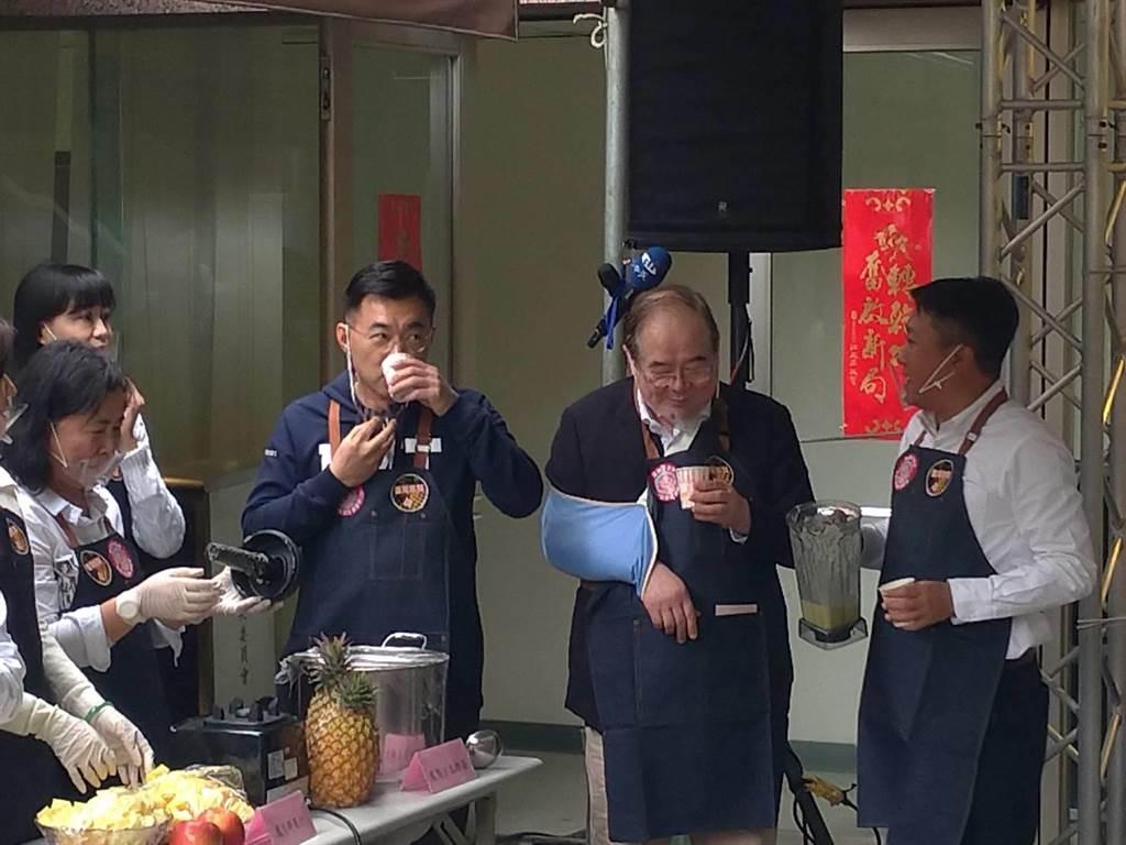 國民黨主席江啟臣、祕書長李乾龍品嘗鳳梨蘋果汁。(黃福其攝)
