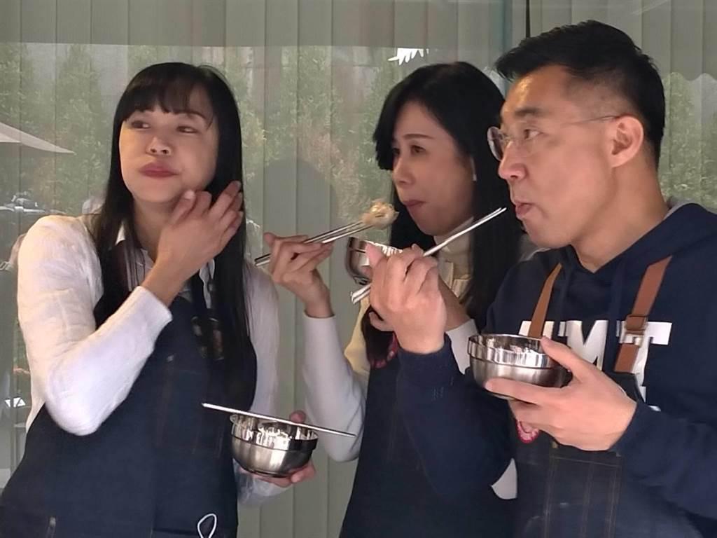 江啟臣(右起)與立委萬美玲、北市議員闕枚莎大啖台灣食材水餃。(黃福其攝)