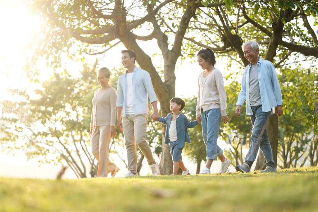 怕跌倒都不動 越會跌倒!醫:練好腿力是長壽之鑰。(示意圖/Shutterstock)