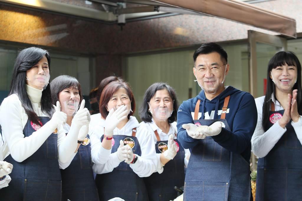 黨主席江啟臣(右二)出席及體驗包水餃,用行動力挺台灣豬、菜農與果農。(陳怡誠攝)