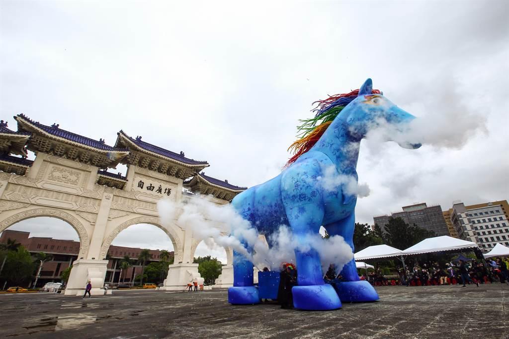 陰天的台北,兩廳院藝文廣場上出現一隻10公尺高的藍色雨馬,飛揚的彩色鬃毛,看起來神采奕奕,竄出的白煙,有如騰雲駕霧。這是紙風車劇團客家親子劇《雨馬》,下周末登場。(鄧博仁攝)
