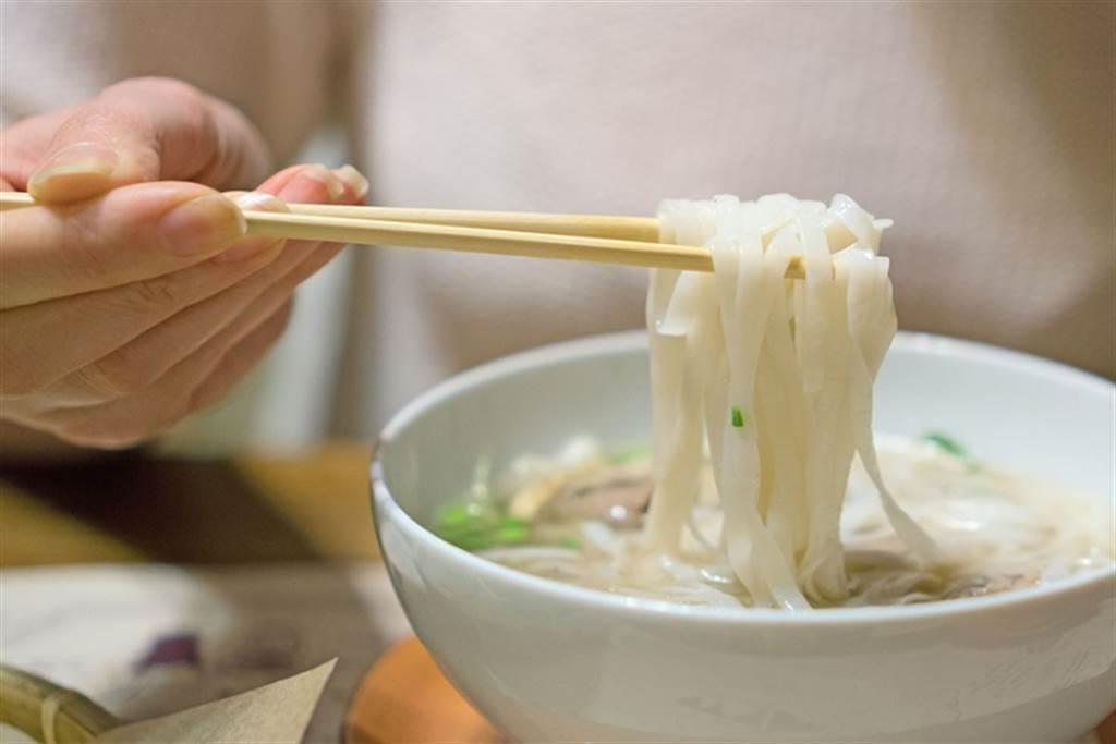 吃麵比吃飯更容易胖?乾麵、湯麵哪個好? 營養師公布「正確答案」。(示意圖/常春月刊提供)
