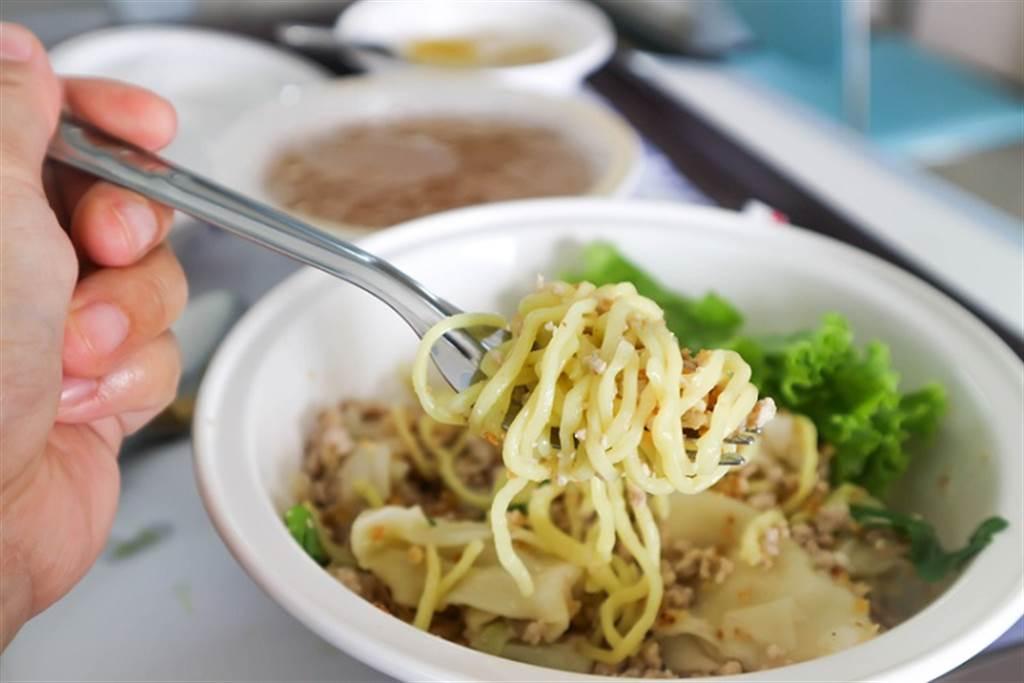 減重的人若想吃麵食,最好吃湯麵而不要吃乾麵。(示意圖/常春月刊提供)