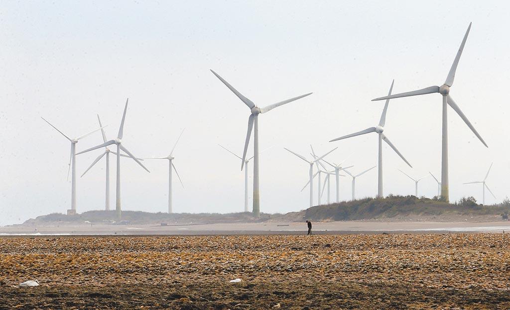 面對能源挑戰,蔡政府將主力放在建立能源轉型的綠能政策上。圖為桃園白玉藻礁和台電觀園風力發電站。(本報資料照片)