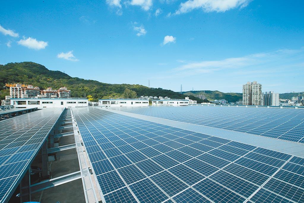 前副總統呂秀蓮昨受訪表示,在保護環境生態與綠色能源之間,盼能冷靜理性處理,不要有黨派、意識形態之爭。圖為全球傳動科技公司大樓屋頂停車場設置的太陽光電系統。(本報資料照片)