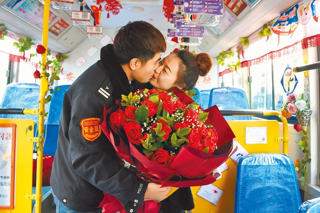 大陸年輕人結婚快,離婚也快,30歲左右伴侶離婚率高。圖為先前大陸公車駕駛員馮瑞向女友劉丹求婚。(中新社)