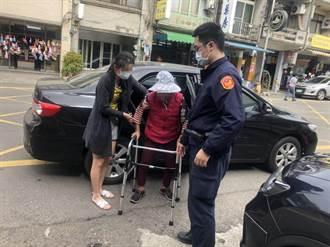 老婦跌坐路旁無法起身 員警查詢身分協助返家