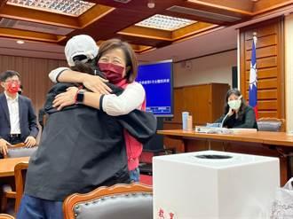 【召委洗牌】國民黨「包粽」發威抽中7席 藍委開心抱成一團