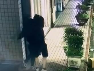 影/手游纠纷踹共开战 两男当街互殴车钥匙成武器