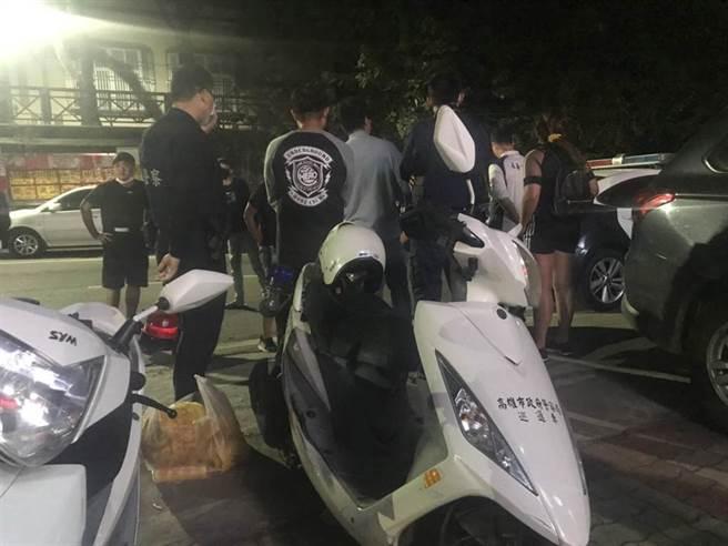 受害者家屬8日凌晨聚集在九曲派出所外,要求警方交出凶嫌的線索。(林瑞益攝)