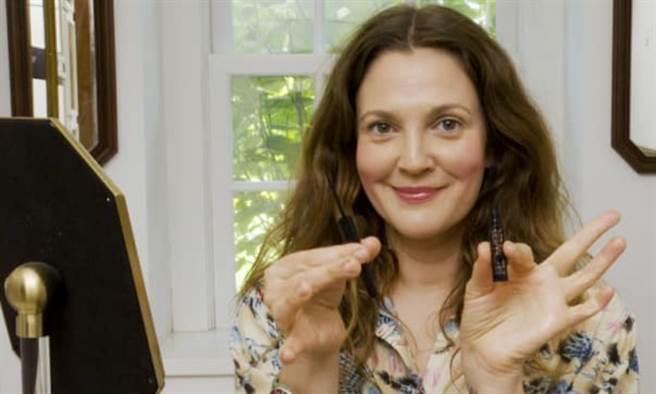 留住最美素顏!好萊塢知名藝人茱兒芭莉摩說:每多一條皺紋,我就更愛自己。(圖/擷取自 Drew Barrymore粉絲專頁、康健雜誌提供)