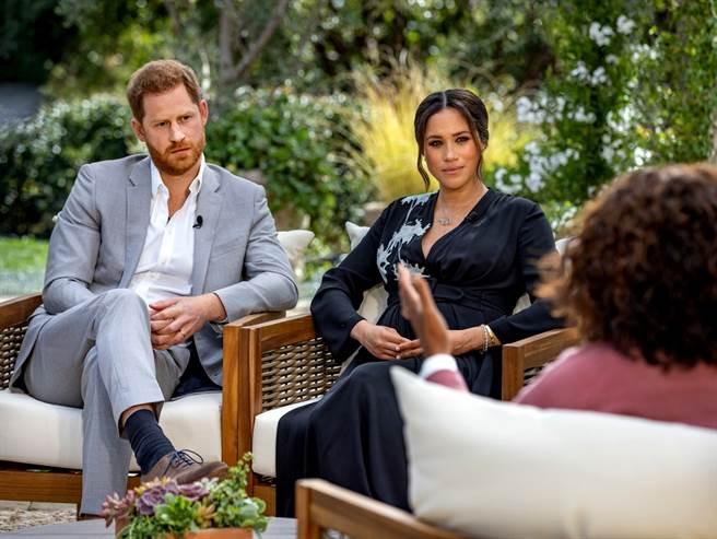 英國哈利王子(Prince Harry)與妻子梅根的歐普拉(Oprah Winfrey)的專訪8日播出,梅根在專訪中澄清一則婚禮前為了夏綠蒂公主花童洋裝問題和嫂嫂凱特爆發爭執、害凱特淚灑試衣間的新聞,梅根說事實正好相反,是「凱特讓她哭」,但是後續有送她花、向她道歉。(圖/路透社)