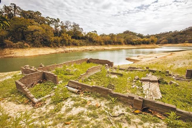 圖為新竹地區水情吃緊,水庫蓄水屢創新低,寶山水庫淹沒區內已露出早年徵收民宅的斷垣殘壁。(資料照 羅浚濱攝)