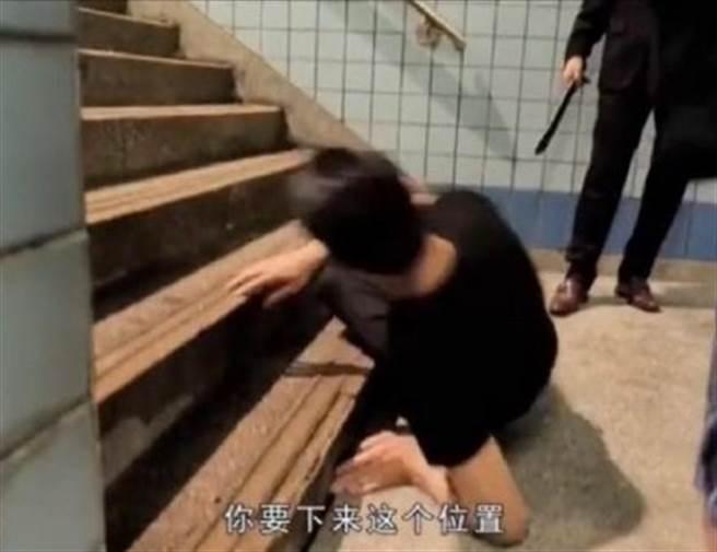 劉德華親自示範滾下樓梯。(圖/翻攝自微博)