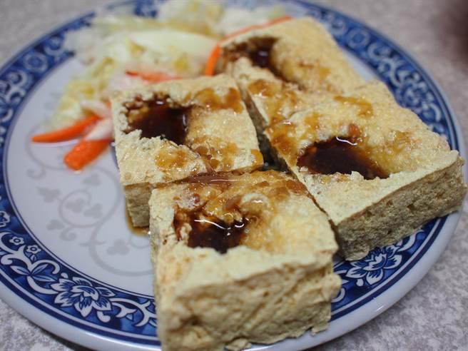 台灣小吃臭豆腐是許多人的最愛,有網友好奇,為何臭豆腐上都要戳一個洞?隱藏答案曝光讓眾人意外。(示意圖/達志影像)
